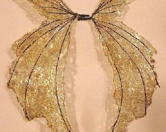 Ein von einer Art Fee Flügel-schillernde-auf goldene Flügel - Puppe und Bär Flügel
