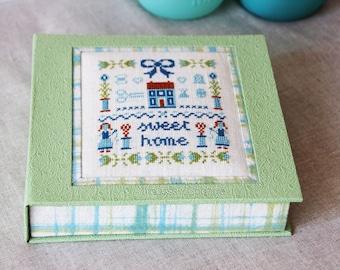 Boite à clés en cartonnage broderie au point de croix sweet home brodé sur lin vert et turquoise idée cadeau fête des mères