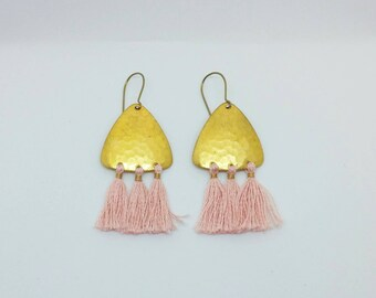 Quastenohrringe. Gold quastenohrringe. Gold und rosa Ohrringe. Chandelier-Ohrringe. Boho Ohrringe.