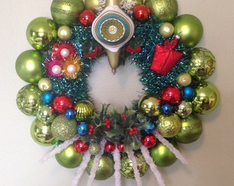 Mid century modern Christmas ornament wreath. RETRO, kitschy