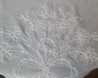 "Vintage Dalton NOS ( new old stock ) Tablecloth 59 "" x 119"" Oval    Wedding , celebrations  ( very nice , free ship )"
