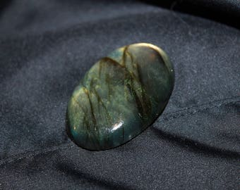 Labradorite with iridescent green-Golden Red No. 13, 27 * 41 mm cabochon