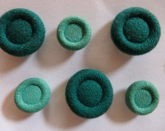 6 small and medium green fabric covered vintage buttons (2 sets 0f 3)