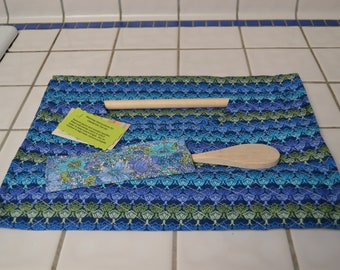 Casserole carrier in blues and greens design pattern