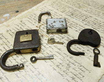 large and heavy antique working padlocks  - 3 old padlocks  (Kg-738g-b)