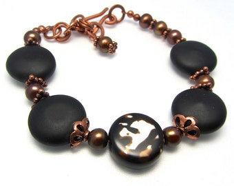 Polished agate and brushed matte black onyx bracelet - copper findings - chocolate freshwater pearls