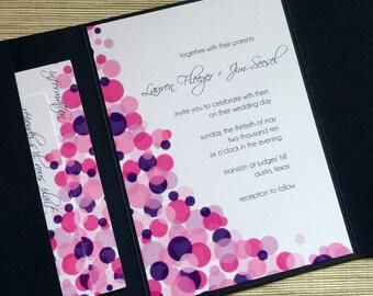 Konfetti Tupfen Hochzeitseinladungen mit Schreibschrift in rosa, lila und Marine - Probe