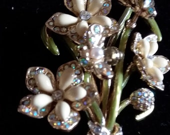 Pretty boquet stye brooch with 2 bees that move