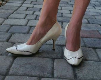 Size 8 1950s patent leather off white studded stiletto heels pumps