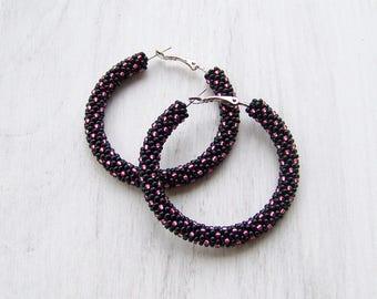 Beaded hoop earrings in black and shiny pink - Pink dots hoop earrings - Beadwork Geometric pattern earrings - Modern hoop earrings