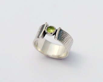 samara printed wrap ring - sterling silver band with peridot cabochon size 5