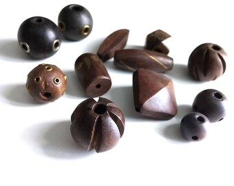 Ensemble de 12 perles en bois rustique - grandeurs et formats variées 14-37mm