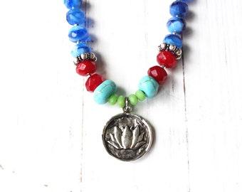 Collier coloré, collier bleu, collier de Style sud-ouest, Sundance Style collier, collier de fleurs de Lotus, collier breloque en étain