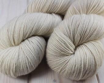 Skein hand dyed superwash Merino, Nylon and Stellina - Fingering - (5/20/75) - 100 g / 400 m - ivory