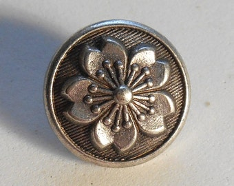 1 Antique Silver Tone metal alloy decorative button with a floral pattern,15mm C04101