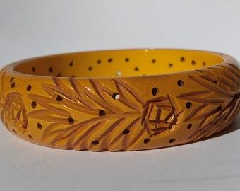VINTAGE BUTTERSCOTCH BAKELITE carved flowers and leaves bangle bracelet