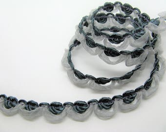 Braid in light grey and grey ref flowers A10