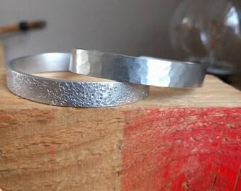 HANDMADE Zilverkleur aluminium bangle armband, met hamerslag vierkantjes of deukjes, op maat gemaakt! 1 cm. breed (custom, ook met tekst)