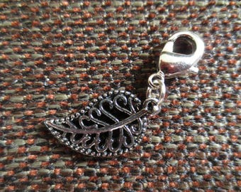 Lobster clasp featuring a stylized leaf - rayher beads