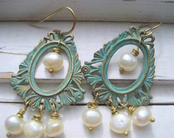Mer déesse boucle d'oreille. Perles d'eau douce de patine Aqua laiton, blanc, fils d'oreille en laiton