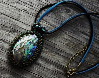 Perles Cabochon perlé Bale - Magic - tissage - déclaration collier coquillage - pendentif grand ormeau/Paua - corde de Suède - BOHO