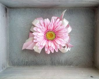 Daisy Corsage, single daisy corsage, spring daisy corsage, spring daisy wrist corsage, spring wrist corsage, mother's corsage, wedding