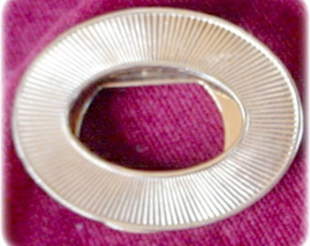Oval Gold Ribbed Scarf Clip