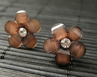 Braune Daisy Blumenohrstecker mit Silber Ohrringe Ohrstecker Rücken. Blumenschmuck von stolpern auf Heiligkeit. Handgemachten Schmuck.