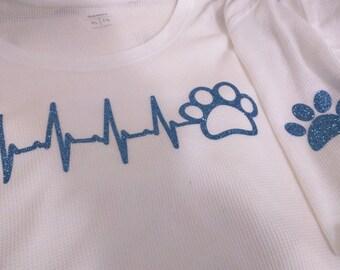 Manica lunga bianco con linea di battito cardiaco di glitter blu cane con la zampa sulla manica sinistra & manica corta ora disponibile