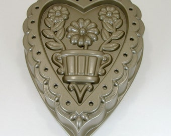 Nordic Ware Decorative Heart Cake Pan 10 C Capacity Preowned Gently Used