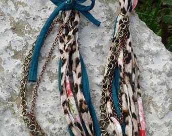 Animalier and green ribbon necklace with chains