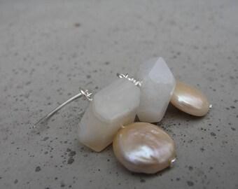 Weiße Botswana Achat und Pfirsich Münze Süßwasser-Perlen. Sterling Silberohrringe. Geschenk für sie. Kleine Ohrringe. SydneyAustinDesigns