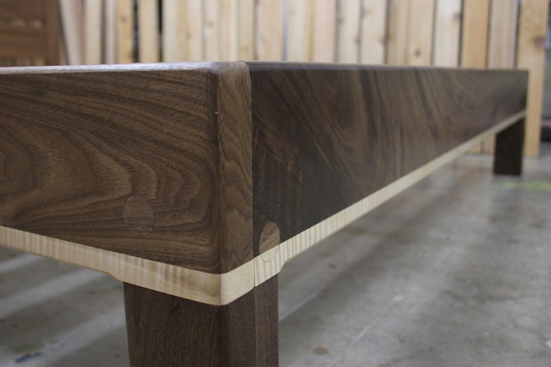 Arce rizado y reina nuez plataforma cama marco con acabado