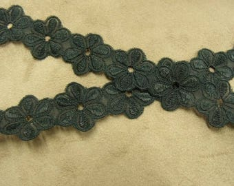 Ribbon embroidered Daisy - 28 mm - black