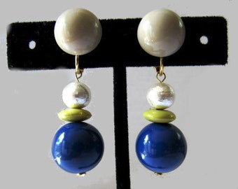 Acrylic round earrings with cotton pearl