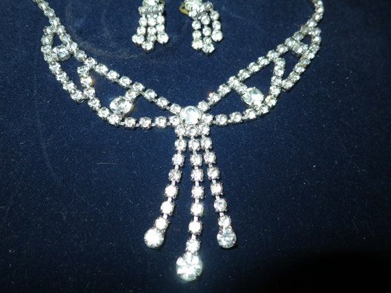 Lovely vintage silvertone rhinestone diamante necklace and clip on earrings set