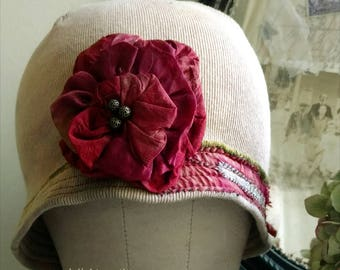 Chapeau Cloche crème vanille avec grande Rose rouge bleue
