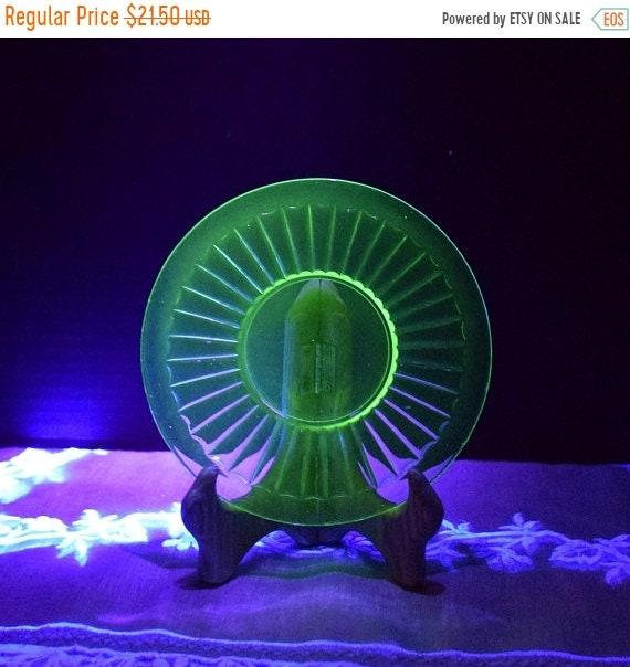 Delayed Shipping Vaseline Glass Saucer Set of 4 Vintage Green Depression Glass Bread Butter Plates Uranium Salad Plate Set 4 Ribbon Block Op