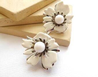 Vintage Sarah Coventry New Summer Magic White Enamel Flower Clip On Earrings B20