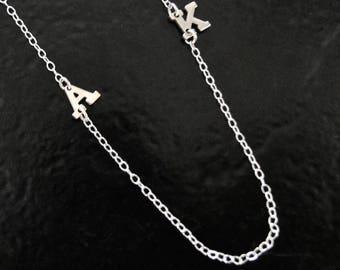 Petit collier initiale sur le côté - simple ou multiples initiales 14K or massif, blanc ou jaune or collier comme on le voit sur Mila Kunis