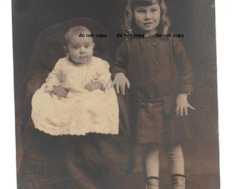 Kleinkind Mädchen und Baby, hohe Knopf Schuhe, RPP, real Photo Postkarte