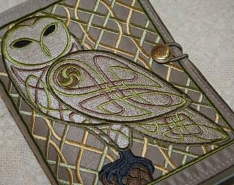 Keltische Owl geborduurd boekomslag