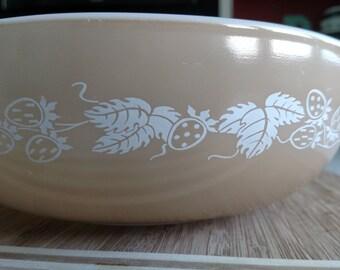 Pyrex 024 Tan Berry Bowl