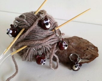 Small bear stitch markers for knitting and crocheting in Murano glass model by hand.