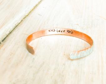 Martelé cuivre infini manchette, cadeau personnalisé pour femme, Bracelet infini, infini manchette, cadeaux d'anniversaire infini, infini de Saint-Valentin