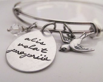Poinçonné de la main de fil Bracelet - elle vole avec sa propre ailes - Alis volat propriis - bracelet citation latine - bijoux d'oiseaux