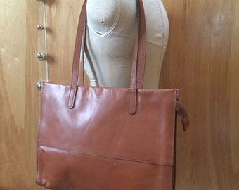 Simple vintage leather zippered-top shoulder bag