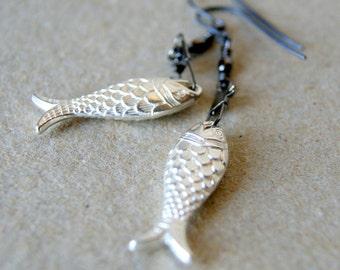 Boucles d'oreilles poisson argentées - vintage Lucite poisson pivotant couleur Canon de fusil s'enclenche