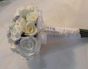 Bouquet de roses blanches et mauves pour mariée, boutonnière assortie offerte