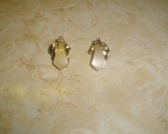 vintage clip on earrings silvertone pale yellow moonglow thermoset lucite
